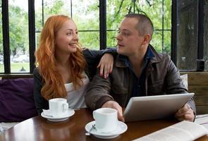 dois estudantes tomando café foto