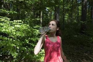 esportes mulher bebendo água foto