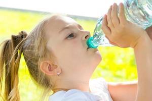 linda garota bebendo água foto