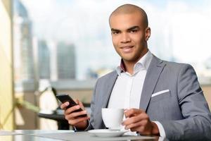 empresário agradável, bebendo café foto