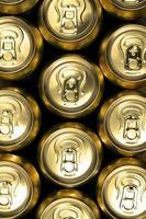 grande parte das latas de bebida foto