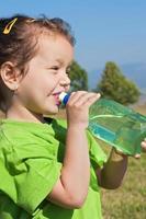menina bebendo água foto