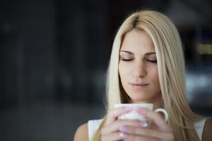 jovem mulher bebendo café foto