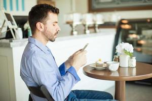 mensagens de texto e tomando café foto
