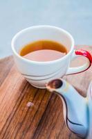 bebendo um copo de chá foto