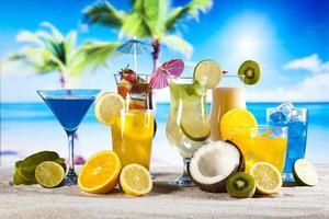 coquetéis, bebidas alcoólicas com frutas foto