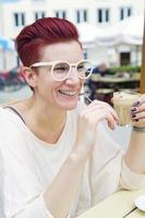 mulher ruiva tomando café