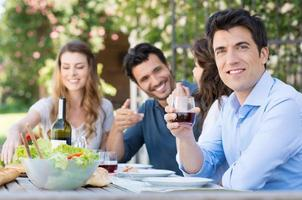 homem bebe um copo de vinho foto