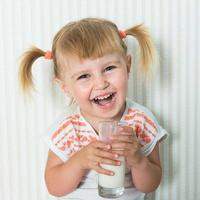 menina feliz bebe o leite foto