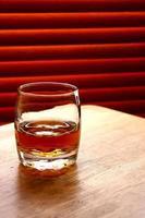 bebida alcoólica em uma mesa foto