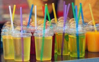 bebida vívida em copos de plástico foto
