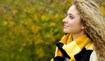 jovem mulher bonita no parque foto