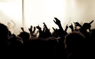 multidão de concerto - mãos no ar foto