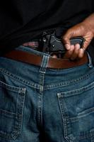 gangster com arma no cinto foto