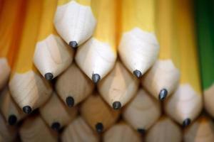 lápis de desenho colorido em uma variedade de cores foto