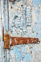 pintar na porta de madeira azul e aldrava de marrocos foto