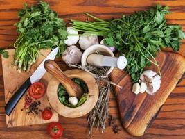 acima vista argamassas e ingredientes picantes na mesa foto