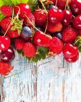 frutas na madeira foto