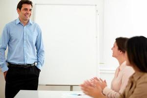 empresárias encantadoras sorrindo e aplaudindo foto