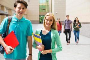 grupo de diversos estudantes fora foto