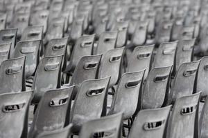 cadeiras cinza e velhas foto