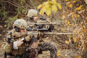 equipe de soldados visando um alvo de armas foto