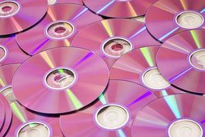 vários discos de dvd em tom rosa