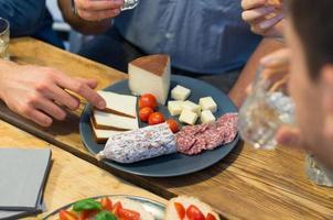 closeup de homem escolher fatia de queijo foto
