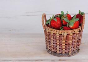 morangos em uma cesta foto