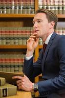 advogado bonito na biblioteca de direito