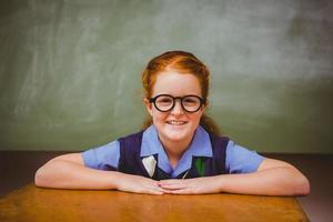 menina bonitinha sorrindo na sala de aula