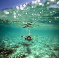 colagem com mulher mergulhando para debaixo d'água foto