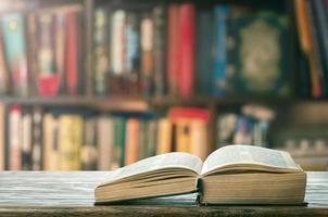 livro grosso aberto na estante foto