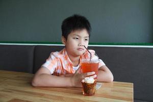 bebida de menino foto