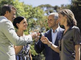 pessoas bebendo vinho. foto