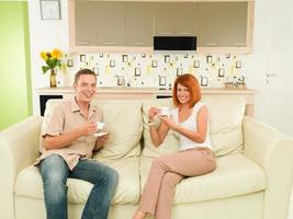 casal feliz bebendo café foto