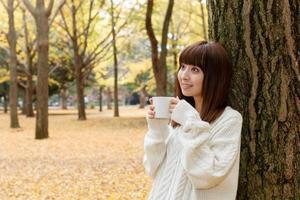 mulher que bebe café foto