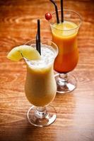 duas bebidas de frutas foto