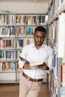 estudante masculino em uma biblioteca foto