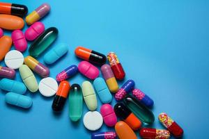 muitas pílulas coloridas