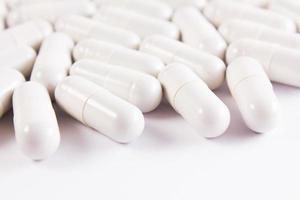 muitas pílulas brancas foto