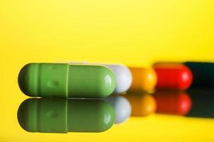 cápsula de comprimidos coloridos