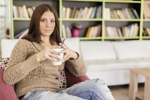 jovem mulher bebendo chá foto