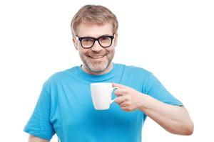 homem alegre, bebendo chá foto