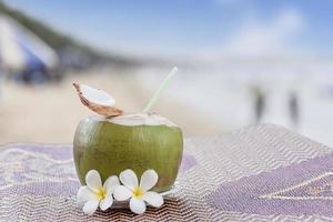 bebida fresca de coco jovem foto
