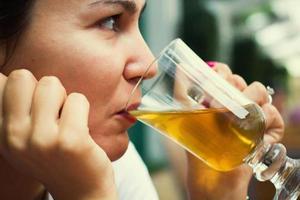 mulher tomando uma bebida foto