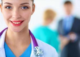 médico de mulher em pé com pasta no hospital