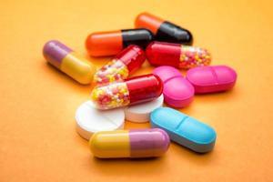 muitas pílulas coloridas foto
