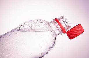 garrafas plásticas de água potável foto