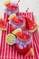 suco de frutas frescas, bebidas saudáveis. foto
